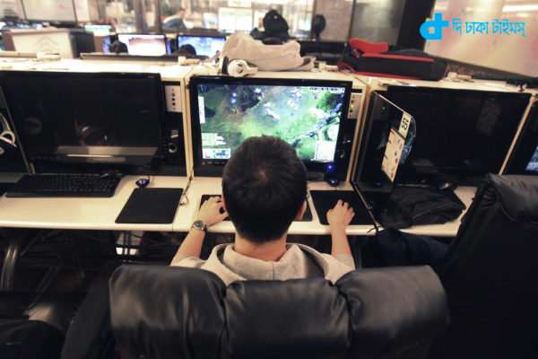 """Shin Minchul, a 21-year-old college student, plays online computer games at an Internet cafe in Seoul, South Korea, Wednesday, Dec. 11, 2013. A law under consideration in South Korea's parliament has sparked vociferous debate by grouping popular online games such as """"StarCraft"""" with gambling, drugs and alcohol as an anti-social addiction the government should do more to stamp out.(AP Photo/Ahn Young-joon)"""