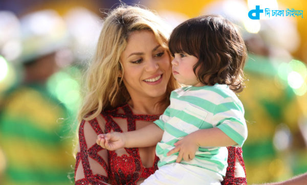 RIO DE JANEIRO, BRAZIL - JULY 13: Shakira and her son Milan preforms the closing ceremony during the 2014 World Cup final match between Germany and Argentina at The Maracana Stadium on July 13, 2014 in Rio de Janeiro, Brazil. (Photo by Ian MacNicol/Getty Images)