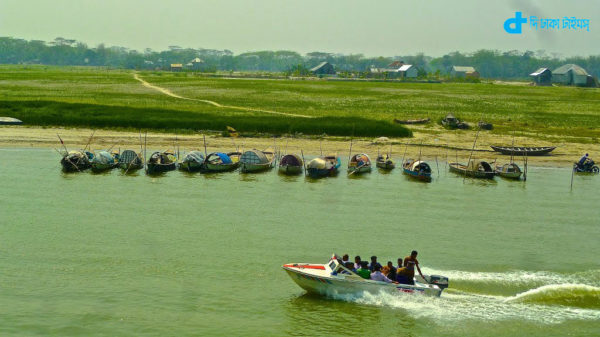 Spidbord and row boat tied