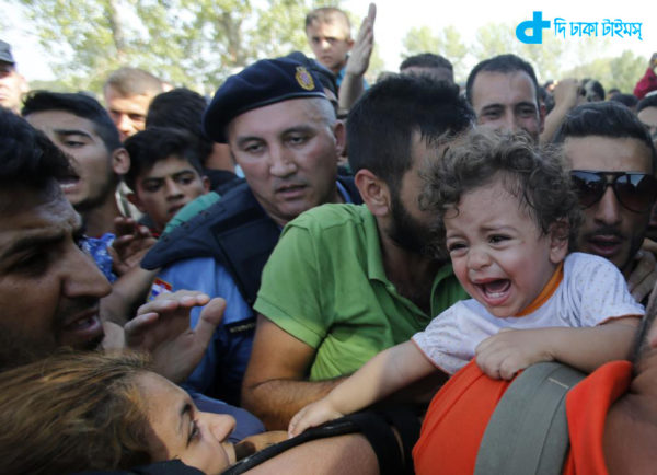 A baby cries as migrants board a bus in Tovarnik, Croatia, September 17, 2015. The European Union's migration chief Dimitris Avromopoulos rebuked Hungary on Thursday for its tough handling of a flood of refugees as asylum seekers thwarted by a new Hungarian border fence and repelled by riot police poured into Croatia, spreading the strain. REUTERS/Antonio Bronic - RTS1KTJ