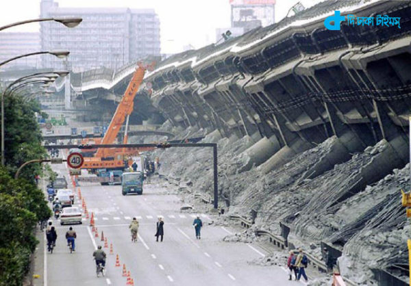 FILE PHOTO OF KOBE QUAKE...KOB51:KOBE,JAPAN,16JAN00 - FILE PHOTO 18JAN95 - A giant crane pulls crushed cars out of debris in Kobe, western Japan, in this January 1995 file photo following the 7.2-magnitude earthquake turned over an expressway. The earthquake killed at least 6,430 people. Kobe has repaired much of the physical damage caused by the devastating quake five years ago, but many emotional scars after the disaster have yet to be healed. cf/pb/Kimimasa Mayama REUTERS