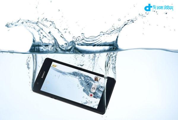 water & Smartphone