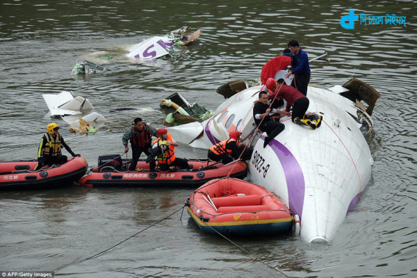 plane-crash-in-sky-but-passengers-will-survive