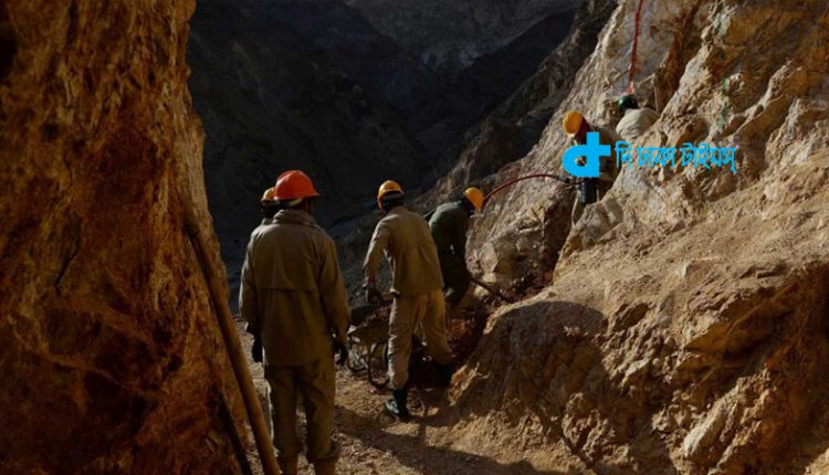 আফগানিস্তানে স্বর্ণের খোঁজে নদীর তলদেশে সুড়ঙ্গ 1