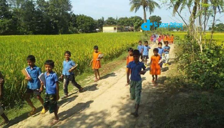 গ্রামের শিশু-কিশোরদের স্কুল থেকে বাড়ি ফেরা 1