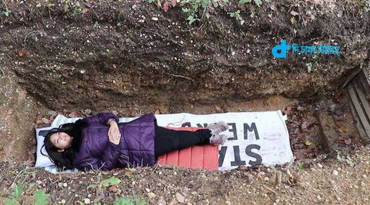 চাপ কমানোর জন্য শিক্ষার্থীদের 'কবরে শুয়ে থাকার' পরামর্শ! [ভিডিও] 1