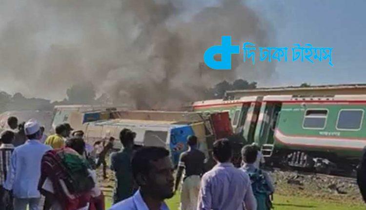 ব্রেকিং নিউজ: উল্লাপাড়ায় বগি লাইনচ্যুত হয়ে ট্রেনে আগুন 1