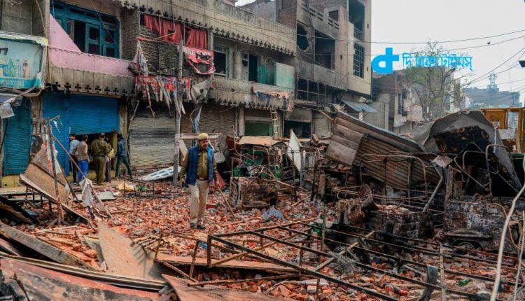 দিল্লিতে দাঙ্গা: হামলাকারীদের ইট-পাটকেল সরবরাহ করে পুলিশ! 1
