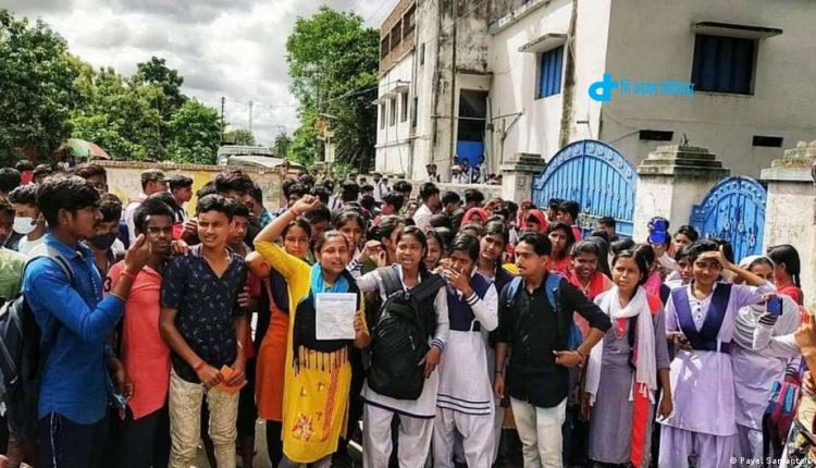 ভারতের পশ্চিমবঙ্গে 'বিক্ষোভের মুখে' উচ্চ মাধ্যমিকের সব শিক্ষার্থী পাস! 1
